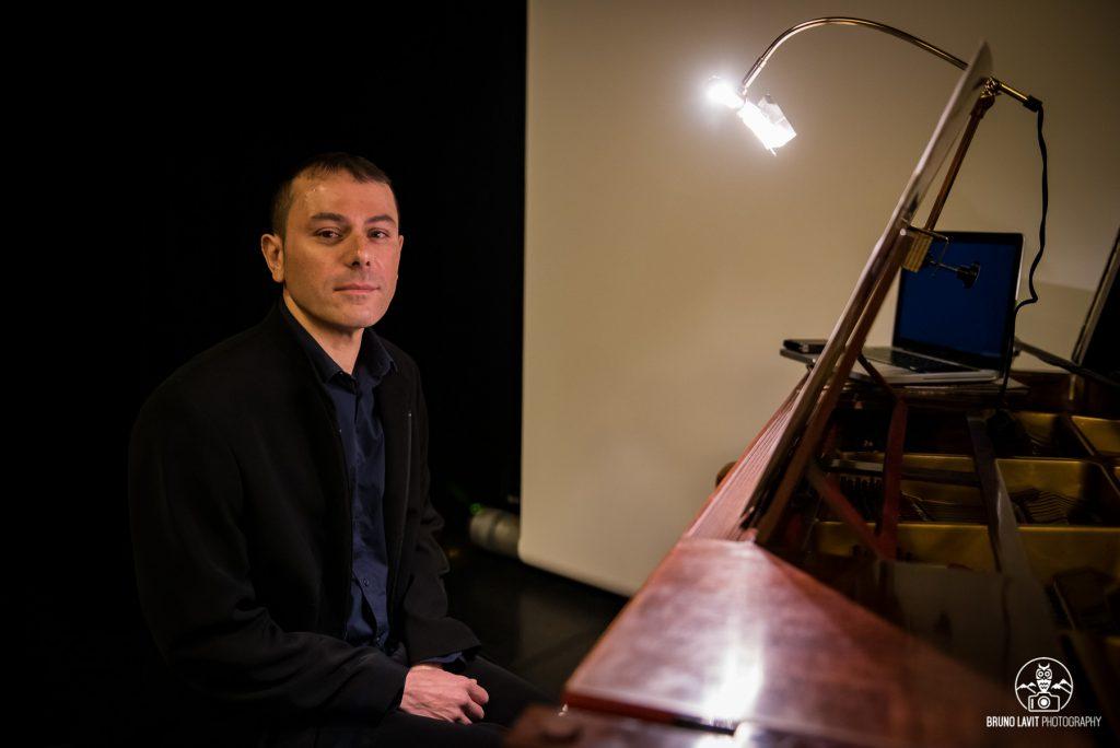 Le compositeur au piano